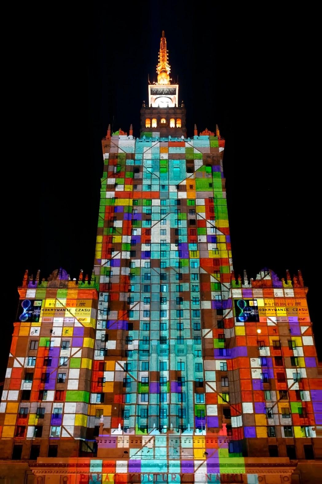 Τα πολύχρωμα φώτα που στολίζουν το Ανάκτορο του Πολιτισμού και των Επιστημών