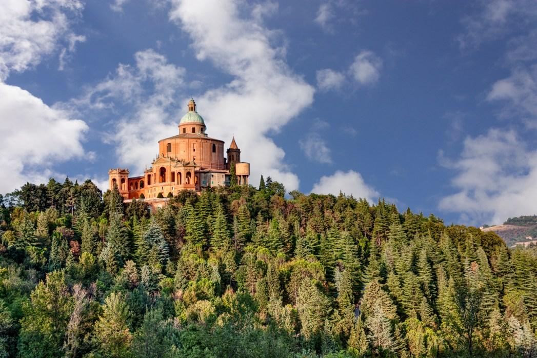 Η εκκλησία του Αγίου Λουκά πάνω στον καταπράσινο λόφο Γκουάρντια
