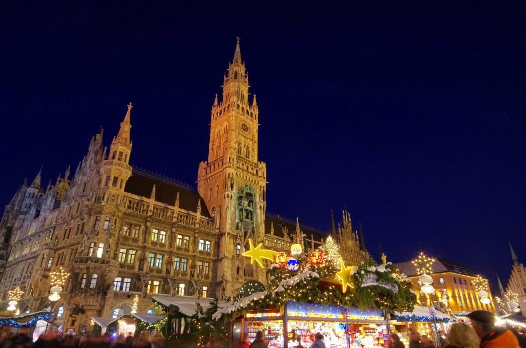 Άποψη του δημαρχείου μέσα απ' τα φώτα της Χριστουγεννιάτικης Αγοράς