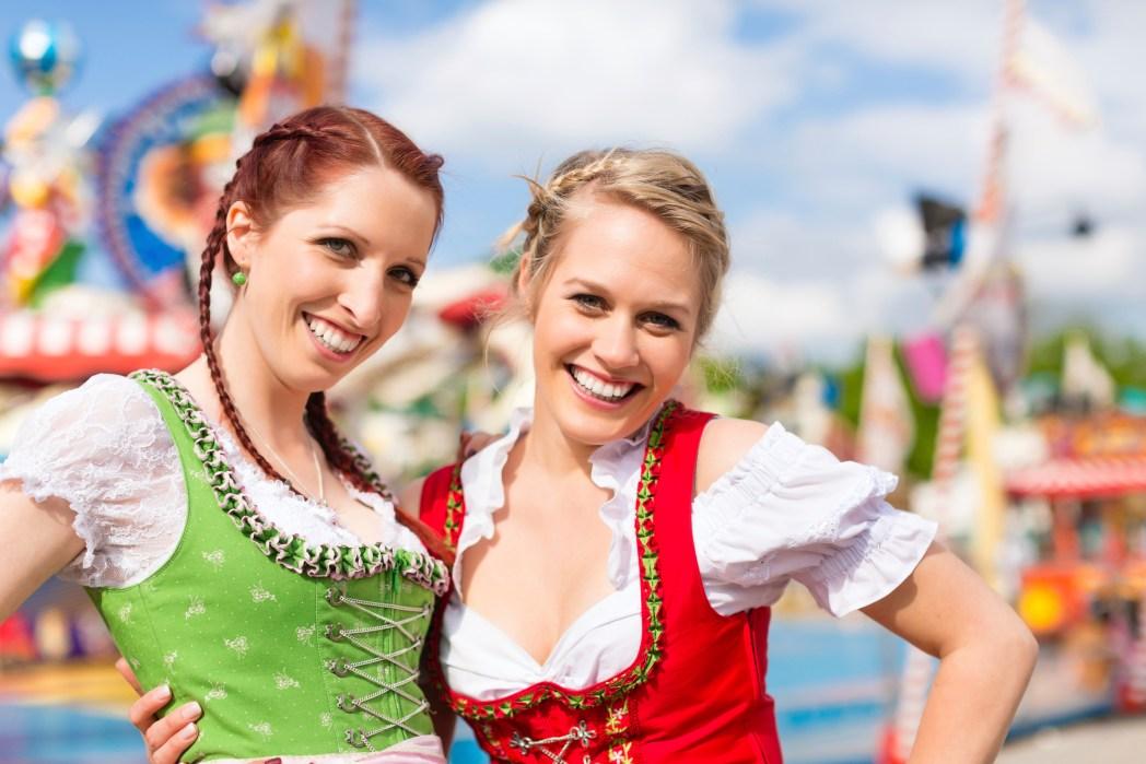 Δυο κοπέλες ποζάρουν στο πανηγύρι Oktoberfest