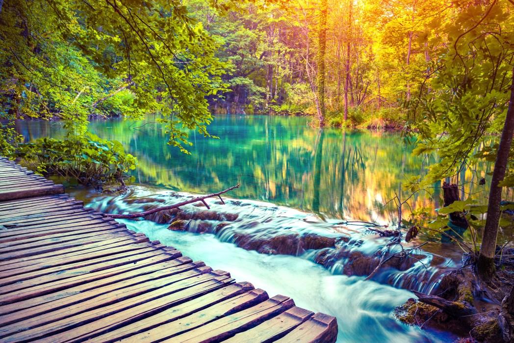 Γέφυρα μέσα σε λίμνη στο Εθνικό Πάρκο Κροατίας