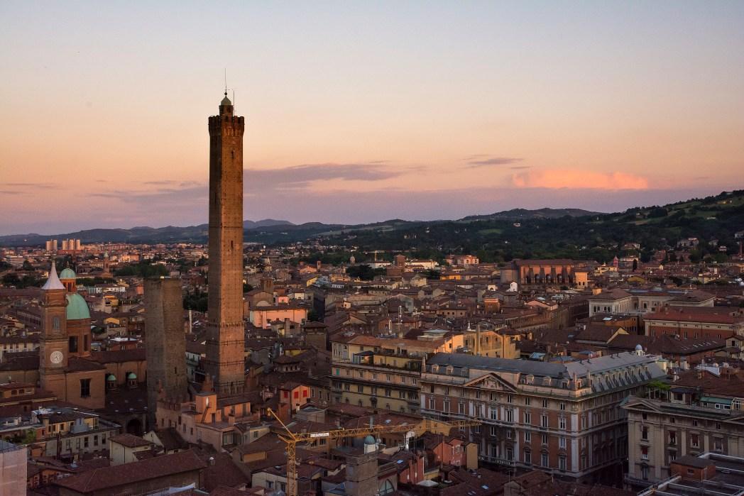 Πανοραμική άποψη της Μπολόνια με τους δύο πύργους να ξεχωρίζουν