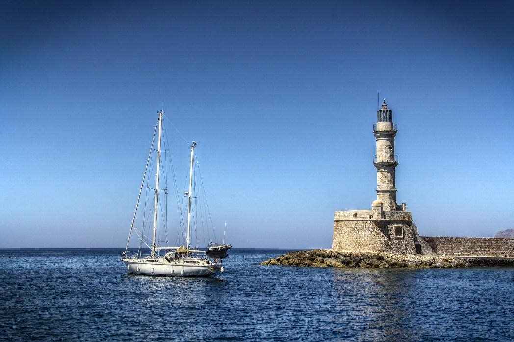 Ένα ιστιοπλοϊκό περνά μπροστά απ' τον Αιγυπτιακό Φάρο στο παλιό λιμάνι των Χανίων