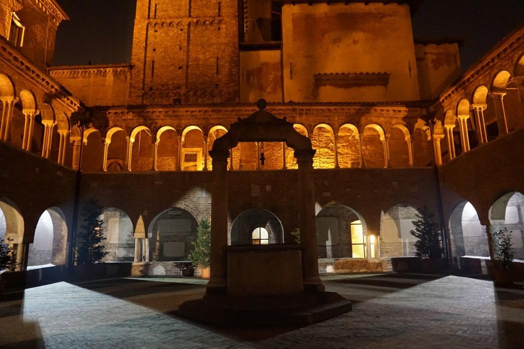 Η αυλή του μοναστηριού στον Σαν Στέφανο φωτισμένη το βράδυ