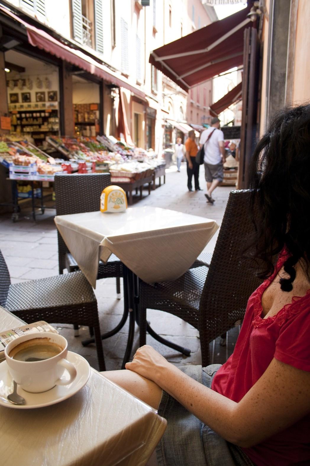 Κοπέλα που πίνει εσπρέσο σ' ένα καφέ του Κουαντριλατέρο