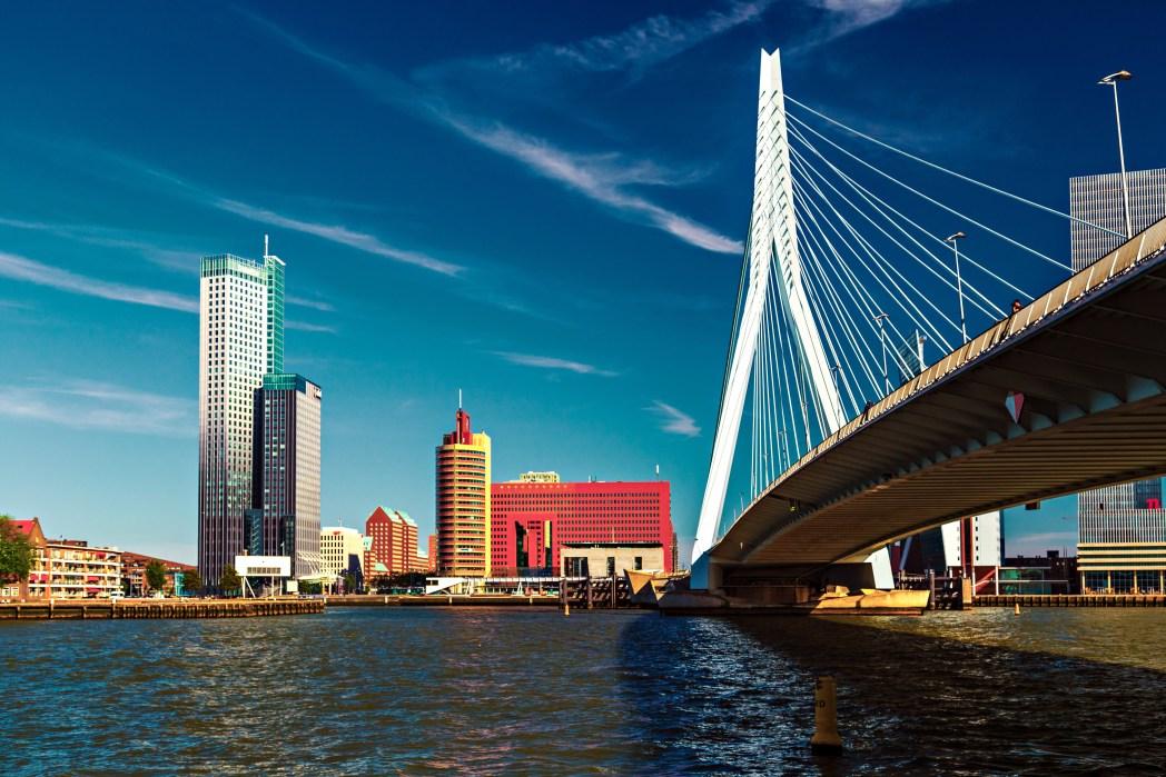 H μοντέρνα γέφυρα Erasmus στο Ρότερνταμ