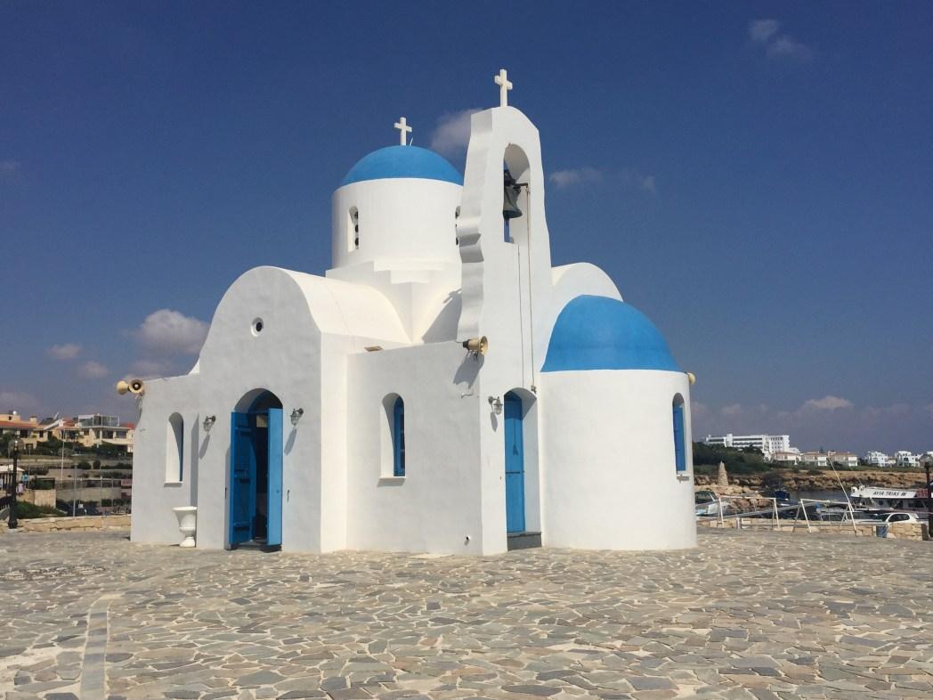 το λιμανάκι του Αγίου Νικολάου με το ομώνυμο εκκλησάκι